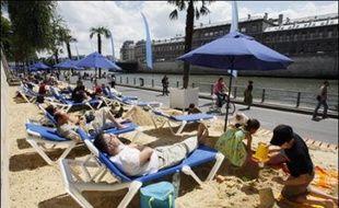 Petit vent, température fraîche, rien n'a empêché vendredi les curieux de tâter des nouveaux aménagements de Paris-plages, qui étend cette année ses parasols et ses transats jusqu'au bord du bassin de la Villette, au nord-est de la capitale.