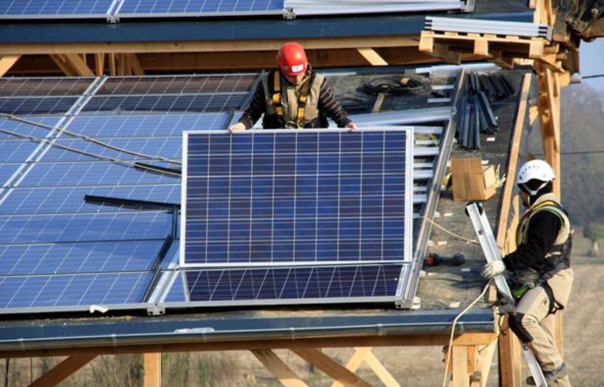 Installation de panneaux solaires sur un toit. – GILE MICHEL/SIPA