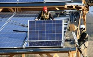 Installation de panneaux solaires sur un toit.