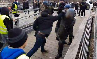 Le boxeur, aux prises avec des gendarmes.