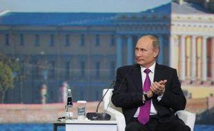Le président russe Vladimir s'est lancé vendredi dans une offensive de charme au forum économique de Saint-Pétersbourg, annonçant d'ambitieux projets d'infrastructures et une amnistie des crimes économiques pour améliorer le climat des affaires et relancer la croissance en Russie.