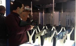 Un visiteur teste une arme au salon Milipol, le salon de la sécurité intérieures des Etats, le 20 novembre 2015 au parc des expositions de Villepinte.