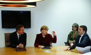 Le Premier ministre britannique David Cameron (gauche), la chancelière allemande Angela Merkel (centre) et le Premier ministre italien Matteo Renzi (droite) à Bruxelles le 6 mars 2014