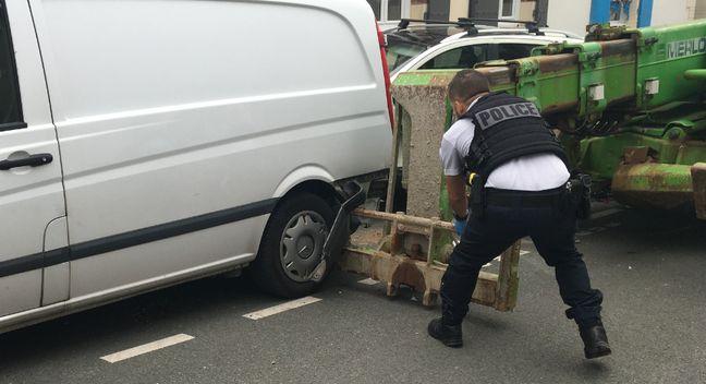La police en train de déplacer le télescopique.