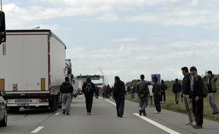 Migrants sur la rocade de Calais en mai 2015