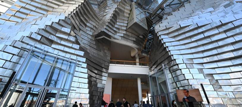 Photo prise le 24 juin 2021 à Arles, montrant l'entrée de la tour Luma, designée par l'architecte Américano-canadien Frank Gehry, et qui abrite la Fondation  Luma.