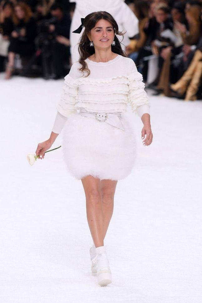 De blanc vêtue, Penelope Cruz a rendu hommage à Karl Lagerfeld.