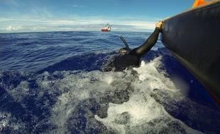 Le navire australien Ocean Shield recherche l'épave du MH370 dans l'océan Indien, le 7 avril 2014.