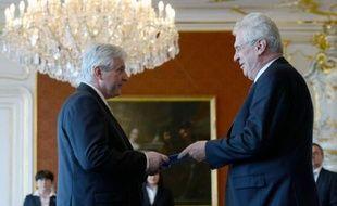 """Le président tchèque Milos Zeman a désigné mardi l'économiste et ex-ministre social-démocrate Jiri Rusnok au poste de chef d'un """"gouvernement d'experts"""", suscitant l'ire de la coalition sortante qui souhaite être reconduite."""