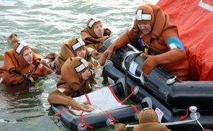 Des membres de Médecins du Monde participent le 11 février 2016 dans le port de Concarneau, en Bretagne, à une formation accélérée de secours en mer
