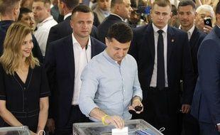 Le président ukrainien votant dimanche lors des élections législatives anticipées