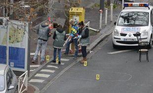 Des enquêteurs sur les lieux de la fusillade à Montrouge qui a coûté la vie à une policière municipale le 8 janvier 2015