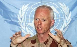 """Les observateurs de l'ONU ont suspendu samedi leur mission en Syrie en raison de """"l'intensification des violences"""", qui ont fait encore au moins 26 morts ces dernières heures et poussé des centaines de familles piégées sous les bombes à Homs (centre) à lancer un appel à l'aide."""