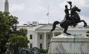 Illustration: Un drapeau flotte au-dessus de la Maison Blanche, à Washington, le 6 juin 2015.