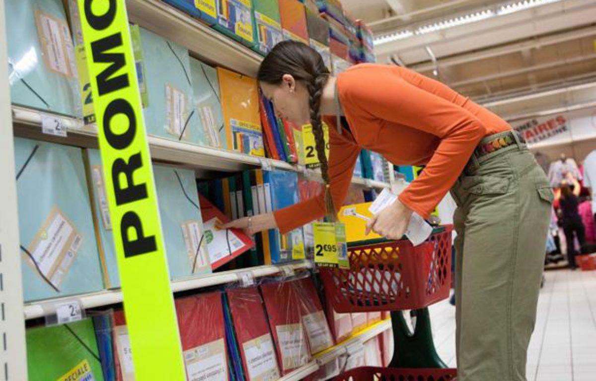 Achat de fournitures scolaires dans un hypermarché à Bordeaux. – VALINCO/SIPA