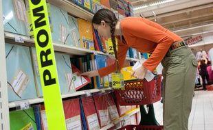 Achat de fournitures scolaires dans un hypermarché à Bordeaux.