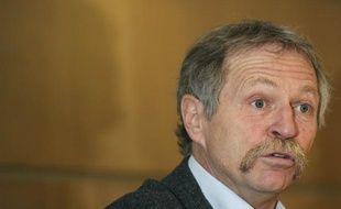 """Les huit """"faucheurs volontaires"""", dont l'eurodéputé vert José Bové, relaxés en première instance sur une question de forme, ont été condamnés jeudi en appel à Poitiers pour la destruction en 2008 de maïs expérimental transgénique Monsanto et devront verser plus de 173.700 euros de dommages et intérêts."""
