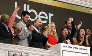 Le patron d'Uber, Dara Khosrowshahi (3e en partant de la gauche), a sonné la cloche de Wall Street pour l'introduction en Bourse du groupe, le 10 mai 2019.