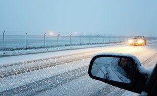 Une bonne couche de neige recouvre la route du côté de Fretin, près de Lille.