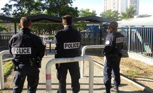 Des policiers nationaux devant l'école Air Bel, après une violente rixe