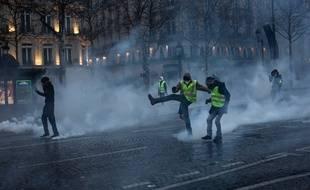 """Des """"gilets jaunes"""" à Paris, le 15 décembre 2018."""