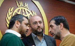 Yasar Kutluay (g), Osman Atalay (c) et Ahmet Emindag (d), de la Fondation pour l'aide humanitaire (IHH) lors d'une conférence de presse au siège d'IHH à Istanbul, le 14 janvier 2014
