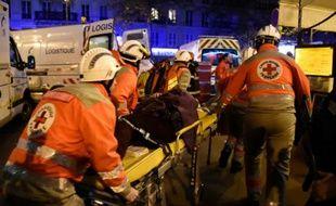 Une personne blessée évacuée du Bataclan le 13 novembre 2015 à Paris