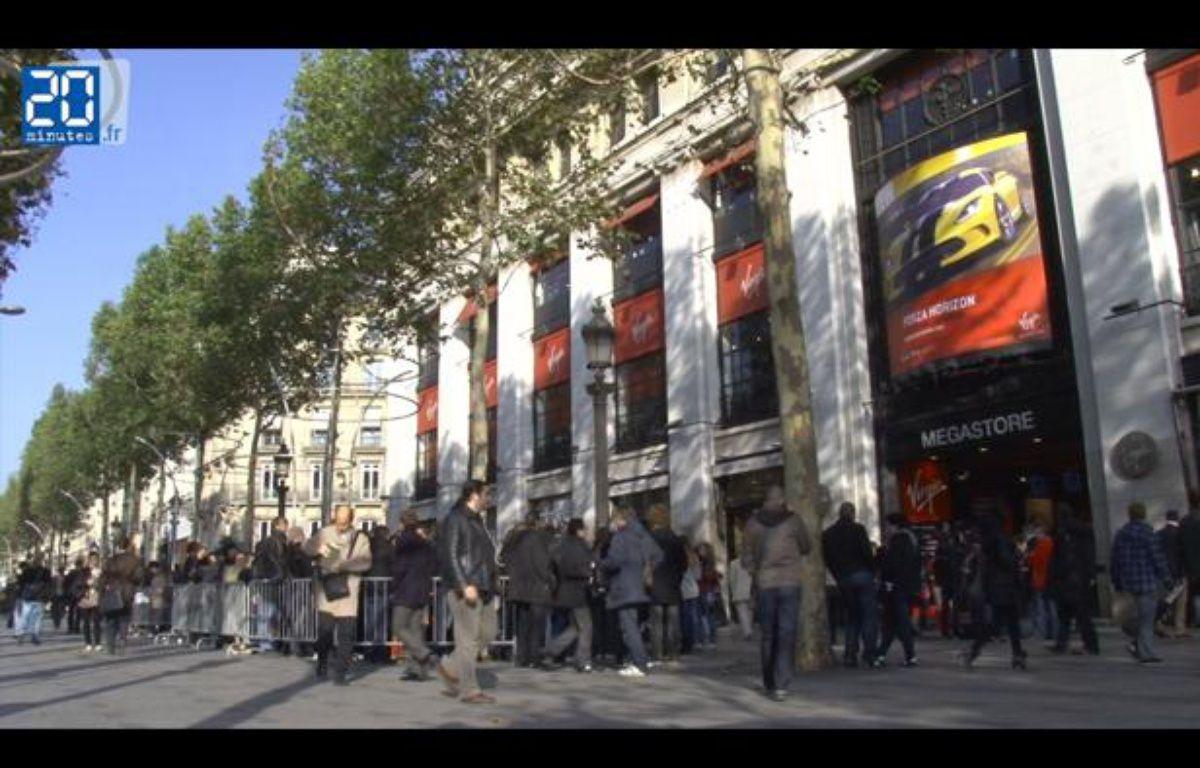 Les fans des Rolling Stones attendent devant le Virgin Megastore des Champs-Elysées pour acheter des places pour leur concert au Trabendo prévu le soir même, le jeudi 25 octobre 2012. – Jonathan Duron / 20 Minutes