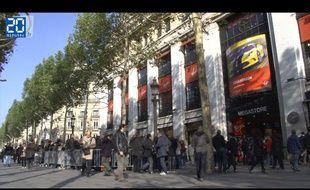 Les fans des Rolling Stones attendent devant le Virgin Megastore des Champs-Elysées pour acheter des places pour leur concert au Trabendo prévu le soir même, le jeudi 25 octobre 2012.