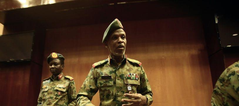 Le général Omar Zinelabidine, le chef du Comité politique du Conseil militaire, lors d'une conférence de presse le 12 avril 2019 à Khartoum, au Soudan.