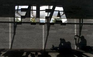 L'ombre de journalistes présents devant le siège de la Fédération internationale de football (Fifa), à Zürich, est photographiée le 4 octobre 2013