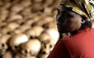 Danielle Nyirabazungu, gardienne du mémorial, devant les crânes des victimes du généocide, rassemblés le 27 février 2004 à l'église Ntamara à Nyamata