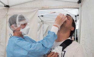Un dépistage à l'aide du test PCR, en juillet 2020, à Strasbourg (photo d'illustration).