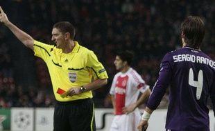 Sergio Ramos récolte un carton rouge lors du match face à l'Ajax Amsterdam, le 23 novembre 2010