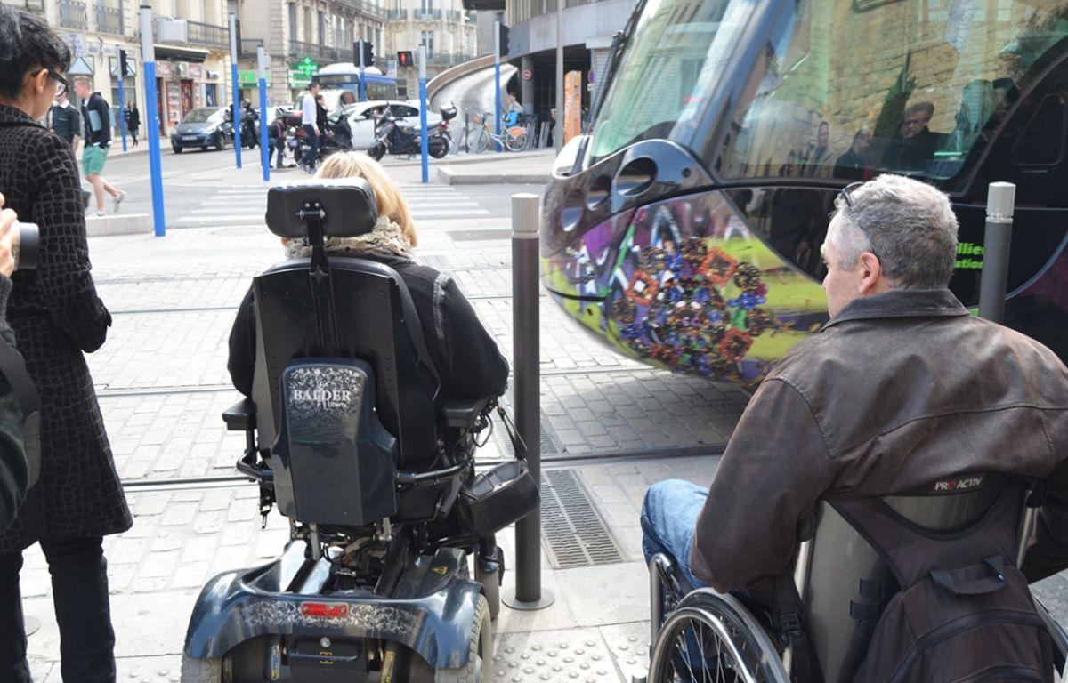 Des personnes en fauteuil roulant prennent le tramway, à Montpellier. – N. Bonzom / Maxele Presse