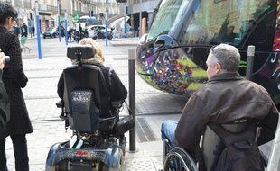 Des personnes en fauteuil roulant prennent le tramway, à Montpellier.