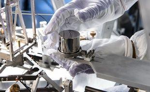 Une copie du prototype international du kilogramme, manipulé au LNE, le laboratoire national de métrologie et d'essais.
