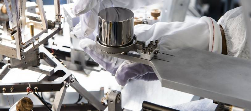 Une copie du prototype international du kilogramme, manipulé au LNE, le laboratoire national de métrologie et d'essais.