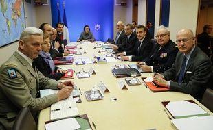 Emmanuel Macron au PC Jupiter, à l'Elysée, dans la nuit de vendredi à samedi, suit les opérations militaires menées en Syrie.
