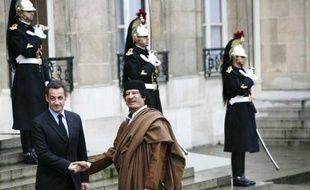 Nicolas Sarkozy et Mouammar Kadhafi, le 10 décembre 2007 au palais de l'Elysée, à Paris.