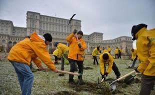 Cinquante militants de l'organisation écologiste Greenpeace ont creusé lundi des trous sur la pelouse du Parlement roumain pour protester contre un projet de loi favorisant les compagnies minières, avant d'être interpellés par des gendarmes.