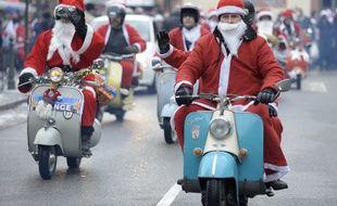Des Pères Noël sur des Vespa. (Illustration)