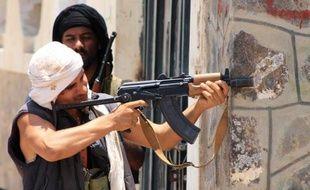 Un milicien des forces gouvernementales surveille une position à Aden, le 24 avril 2015