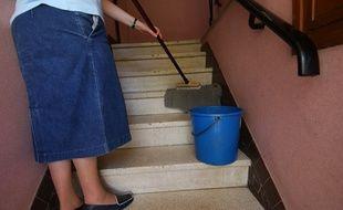 Une personne fait le ménage. (illustration)