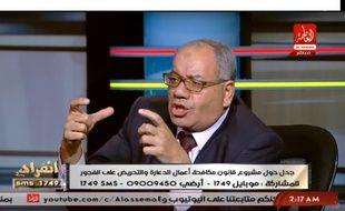 L'avocat égyptien Nabih al-Wahsh montrant la taille des trous dans le jean des femmes qu'il faut violer par « devoir national ».