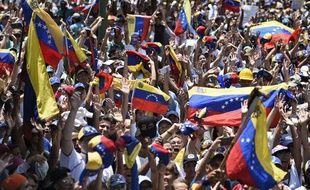 Des opposants au gouvernement défilent dans les rues de Caracas, le 1er mai 2019 au Venezuela.
