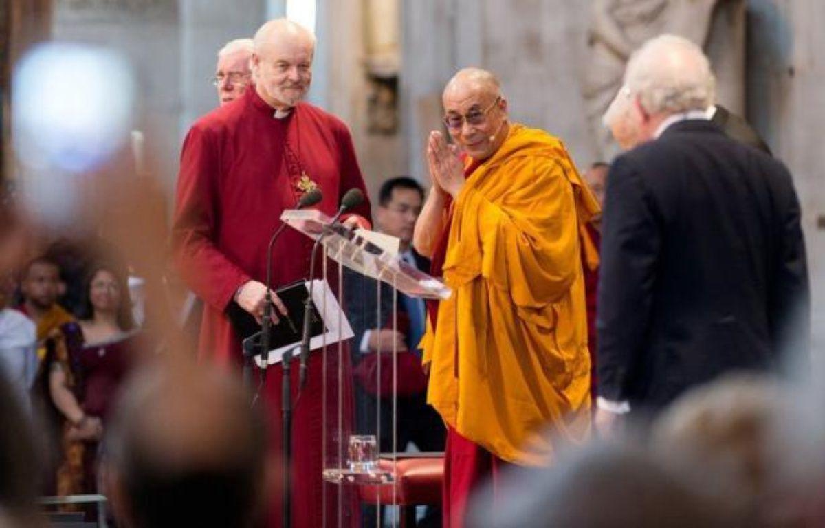 Le dalaï lama, chef spirituel des Tibétains retiré de la vie politique, a entamé vendredi une tournée de huit jours au Royaume-Uni où il doit donner une série de conférences, un mois après sa dernière visite à Londres qui avait entraîné des protestations chinoises. – Leon Neal afp.com