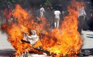 Plusieurs centaines de jeunes ont pris pour cible jeudi les soldats de l'ONU dans le centre la capitale haïtienne Port-au-Prince, lançant des pierres et érigeant des barricades lors d'une manifestation suscitée par l'épidémie de choléra.