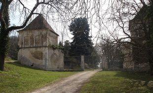 L'entrée du château de Dizimieu, dans l'Isère