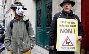 Des manifestants contre le projet des mille vaches devant le ministère de l'Agriculture, le 15 novembre 2013.